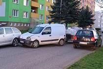 Opilý řidič bez řidičáku naboural ve Stříbře do tří aut
