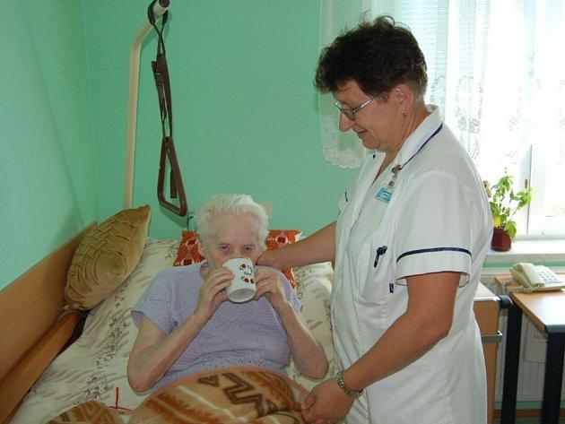Personál Domova pro seniory v Panenské ulici v Tachově (na snímku vedoucí zdravotního úseku Alena Klimešová spolu s klientkou Marii Taušnerovou) dbá, aby důchodci dodržovali pitný režim.