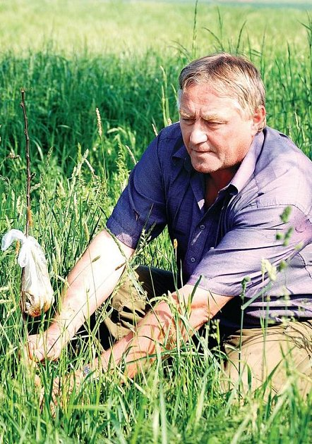 Předseda Mysliveckého sdružení Lesy Staré Sedliště Josef Pojer umístil na pozemku u Mchova pachový plašič.