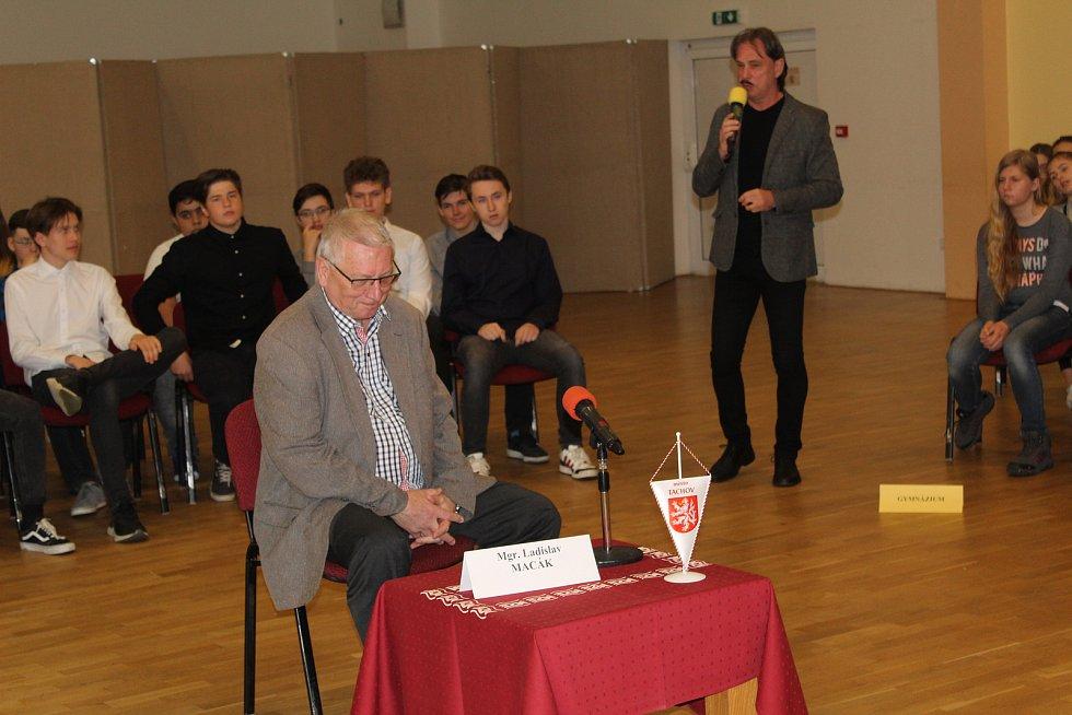 Starosta Tachova Ladislav Macák odpovídal studentům více než hodinu.