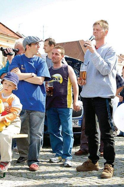 Roman Krauskopf (s pivem) vykonává alternativní trest a nelíbí se mu, že když pracuje pod Městským úřadem v Boru, musí nosit křiklavě oranžovou vestu.