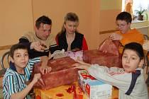 Z DÁRKŮ, které byly výtěžkem Valentýnské párty, měli radost také Pepík Koki, Víťa Imrich a Míra Chvástal (zleva).