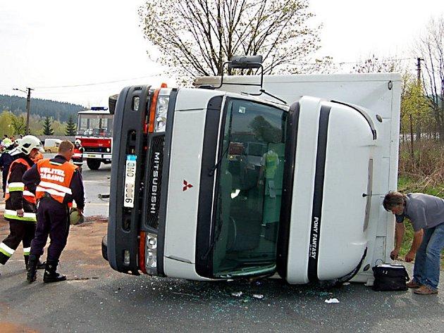 Vozidlo, jehož řidič nedal přednost v jízdě, skončilo na boku