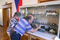 Návštěvníci výstavy v německém Ensdorfu si prohlížejí expozici tachovských železničních modelářů.