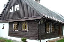 Jedno z pohledných stavení v Dlouhém Újezdě.