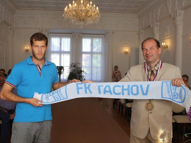 PŘI SLAVNOSTNÍM přijetí tachovských fotbalistů na zámku obdržel starosta Jiří Struček (vpravo) od kapitána Jana Viterny (vlevo) šálu FK Tachov.