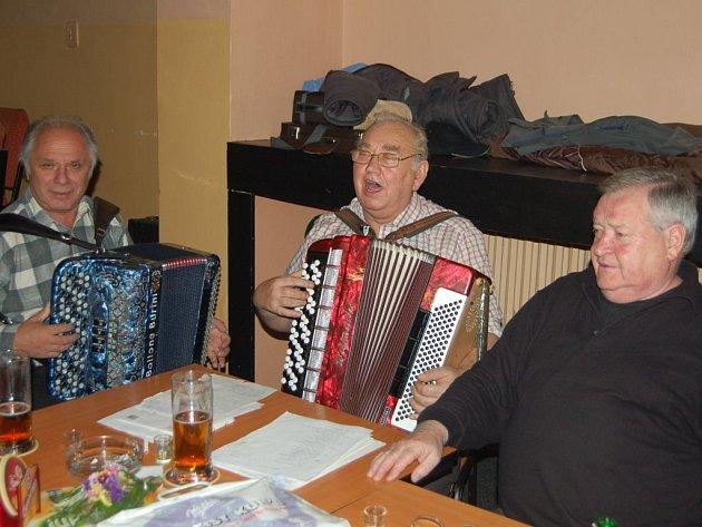 Hymnu s názvem Mládí si za doprovodu harmonikářů Václava Nekvapila a Václava Bohuslava zazpívali na úvod úterního setkání všichni členové Klubu přátel zlatavého moku.