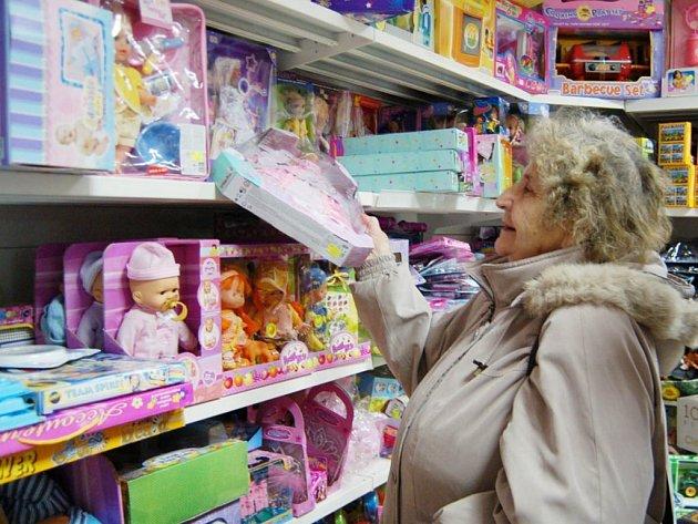 Hana Kverdová (na snímku) dává při nakupování hraček pro pravnoučata pozor i na etikety.