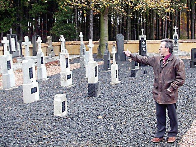 Meditační zahrada v Kostelci vznikla revitalizací bývalého německého hřbitova. Do tří let sem turisty přivede i nová cyklostezka, jak nám nedávno ukázal starosta obce František Trhlík (na snímku).