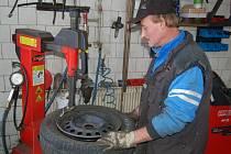 Také provozovatel pneuservisu v Boru Karel Hyttner (na snímku) si na nedostatek zájemců o přezutí zimních pneumatik nemůže stěžovat.