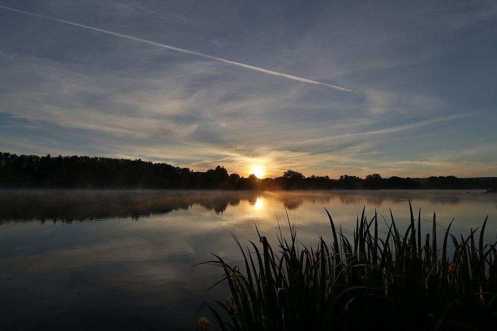 Svítání nad Labutím rybníkem u Plané.