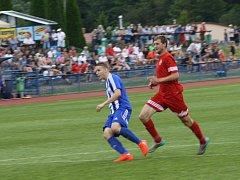 Tomáš Habart (vpravo, snímek z utkání s Jiskrou Domažlice) odehrál v sobotu v Jirnech 72 minut. Tým FK Tachov, k jehož oporám patří, podlehl lídrovi tabulky 0:2.