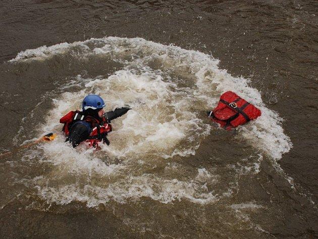 SPOLEČNÉ CVIČENÍ absolvovali amatérští záchranáři ze Záchranné služby Royal Rangers z Černošína a policisté ze Sokolovska. Na Ohři nacvičovali záchranu osob z vody.