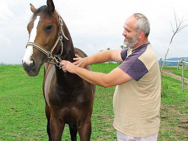 KONÍČKEM JSOU MU TAKÉ KONĚ. Kromě podnikání a myslivosti se Tomáš Minich věnuje také koním, které jsou jeho zálibou.
