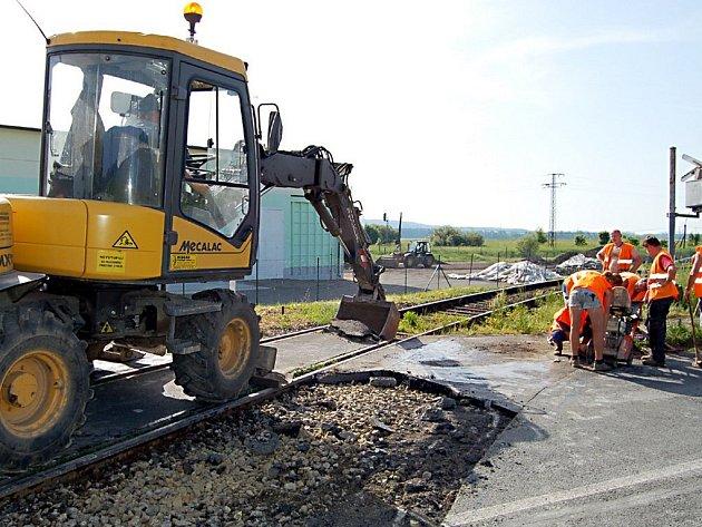 Rekonstrukce železničního přejezdu v Boru přinesla řidičům potíže v podobě časové prodlevy cesty do zaměstnání. Šoféři si myslí, že oprava měla být provedena ve víkendových dnech.
