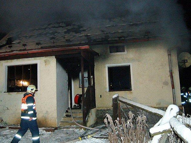 Při požáru rodinného domu ve Žďáru bylo zničeno prakticky celé vnitřní vybavení.
