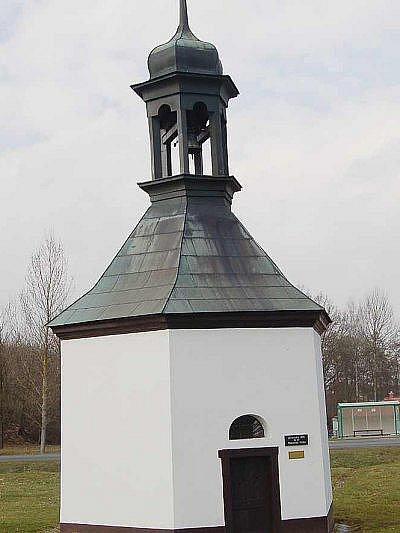 Kaplička v Benešovicích si prožila své dny slávy, když ji v roce kvůli stavbě kulturního domu přemístili o 82 metrů.