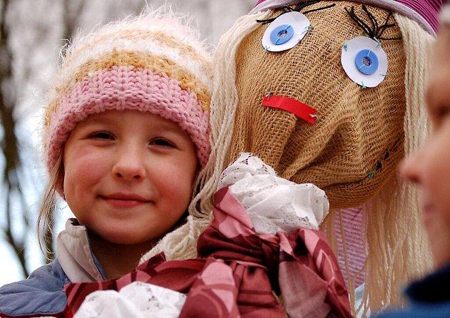Děti z mateřinky v Tyršově ulici v Tachově se loučily se zimou vynášením Morany.