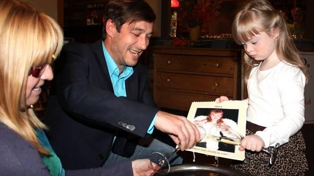 CHARITATIVNÍ KALENDÁŘ pokřtila Nelinka a herec Jan Zadražil.