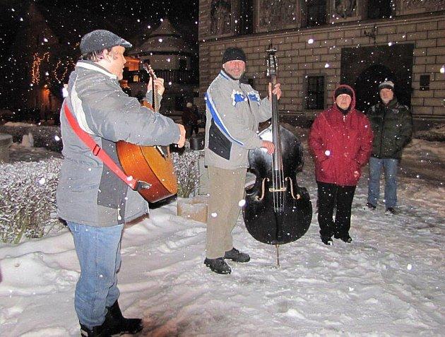Kapela zazpívala o půlnoci na náměstí