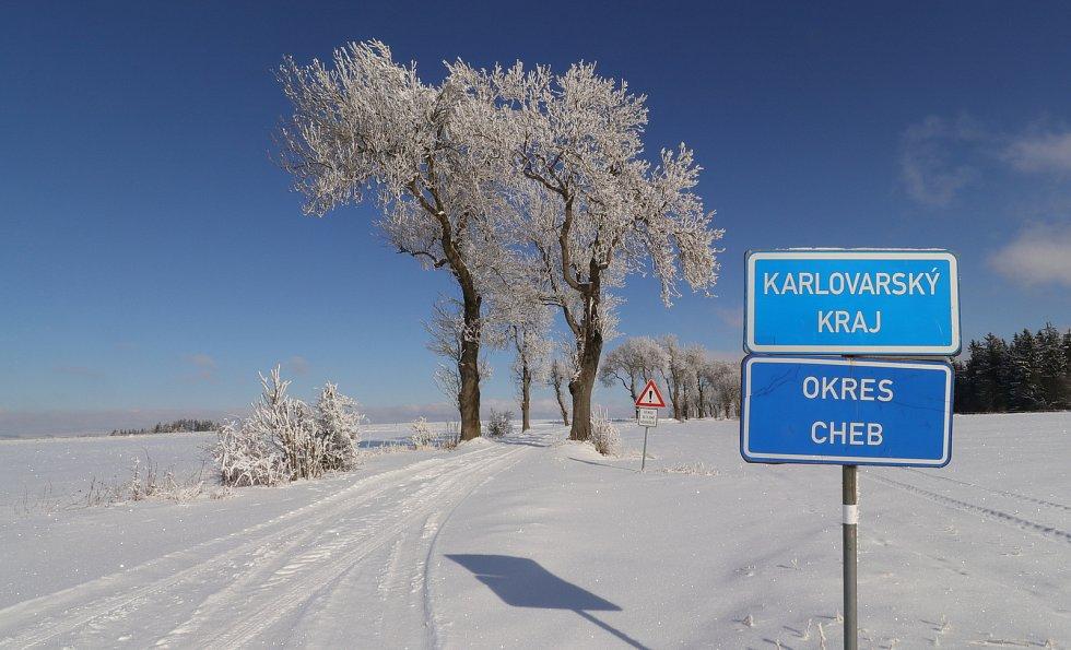 Neudržovaný úsek silnice mezi Boněnovem na Tachovsku a Bezvěrovem na Chebsku.
