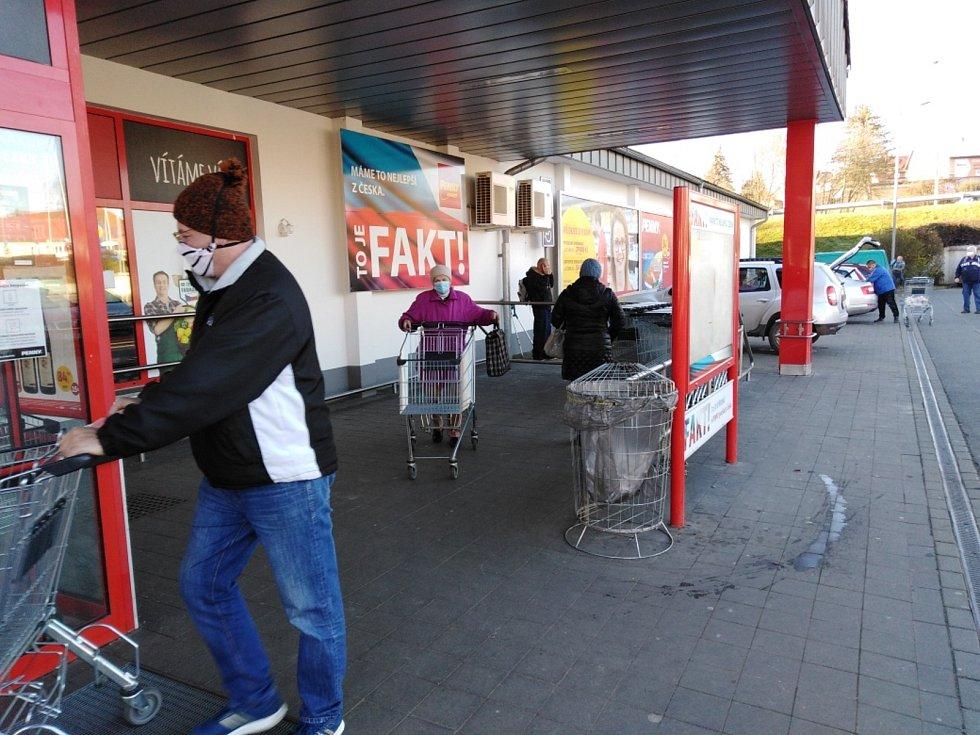 Před supermarketem ve Stříbře.