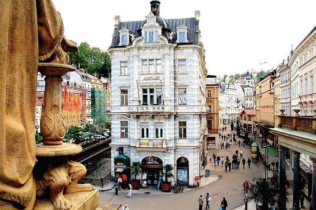 Prodej domů v lázeňské zóně v Karlových Varech vyvolal vlnu emocí. Opozice tvrdě kritizovala samotný prodej a nízkou cenu, za níž si výherci výběrového řízení mohli domy koupit. Opozici vadila i obchodní soutěž, kterou radnice údajně ušila zájemcům.