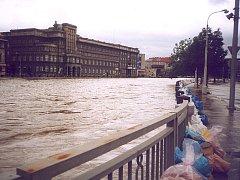 Tachovští hasiči pomáhali před deseti lety v povodněmi zasažené Plzni.