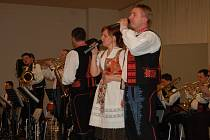 Pouze 180 návštěvníků si v pátek našlo cestu do společenského sálu Mže v Tachově, kde v rámci pořadu Do Tachova za dechovkou vystoupila slovenská Drietomanka