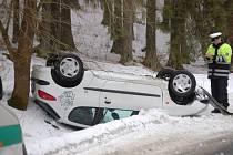 Šestadvacetiletá žena nepřizpůsobila svou jízdu stavu a povaze vozovky na silnici mezi Oborou a Mýtem na Tachovsku.