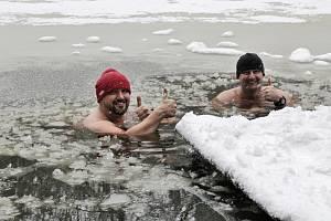 Otužilí vytrvalci Martin Kodýtek a Miroslav Zach se v úterý koupali v Pstružím jezírku