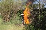 Netradiční zapálení čarodějnice hořícími šípy se konalo při Filipojakubské noci v klášterní zahradě.