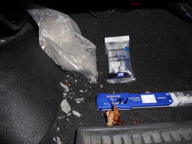 Sáček s pervitinem našli celníci při kontrole osobního vozidla pod předním sedadlem spolujezdce