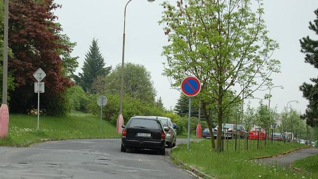 Nesmyslné značení v Bělojarské ulici v Tachově