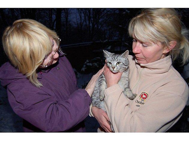 Po patnácti minutách po příjezdu dobrovolných hasičů se Macík ocitl v bezpečí náruče majitelek Pavly Hyklové (vpravo) a Emilie Semanové.