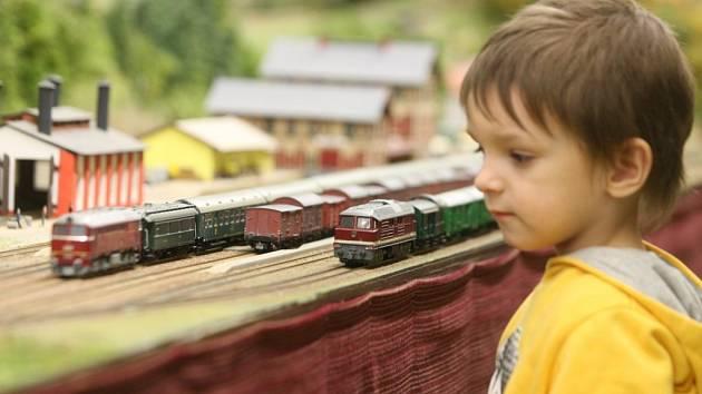 MODELOVÉ KOLEJIŠTĚ fascinuje malé i velké. Současně se na něm může pohybovat až padesát vlakových souprav.