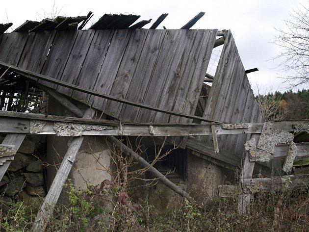 Polorozpadlá dřevěná budova, která měla vbuzovat dojem stodoly, skrývá vojenský řopík.
