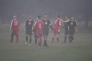 Chlad, tma a mlha! To byly kulisy podání rukou hráčů Zhoře (v červeném) a Vranova po nedělním utkání (2:3), čímž skončila podzimní část sezony 2019/20 okresní fotbalové IV. třídy.
