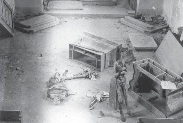 Záběr do lodě kostela svaté Máří Magdalény na vrchu Krasíkova po řádění vandalů, kteří zhrobky vynesli mumie členů slavného a mocného rodu Švamberků.