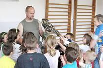Karel Makoň ze Záchranné stanice živočichů Plzeň představil dětem  výra velkého.