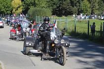 Z Tachova odjeli v sobotu v poledne na jízdu okresem účastníci Moto 60 a srazu mercedesů.