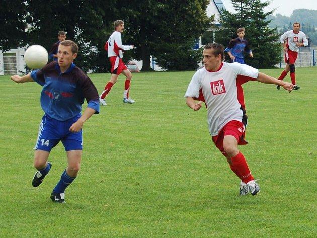 V prvním zápase turnaje se mezi sebou střetla mužstva Sparty Dlouhý Újezd (v bílém) a Sokola Bor.