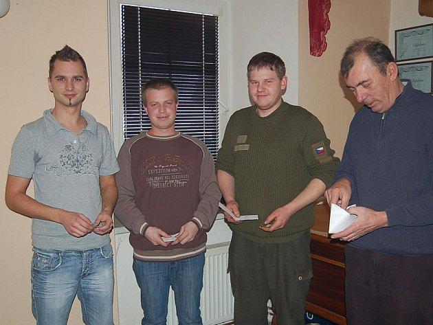 Za deset let u sboru převzali od Jiřího Pintíře (vpravo) ocenění Lukáš Honzík, Jiří Duspiva mladší a Jiří Cirman. Vyznamenaní byli ještě Luboš Honzátko a Karel Rožánek.