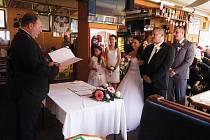 Manželé Košťálovi si své ano řekli ve svém oblíbeném baru. Podle starosty Jiřího Stručka se jednalo o vůbec první oddávání na podobném místě.
