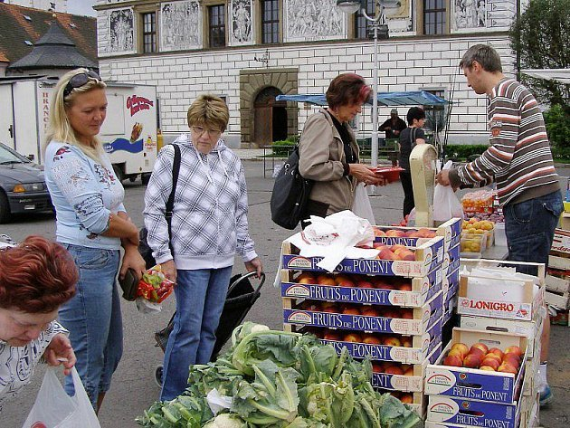 Trhovci nabízejí rozmanité zboží, o které bývá i zájem. Ale ne každý trhu věří.