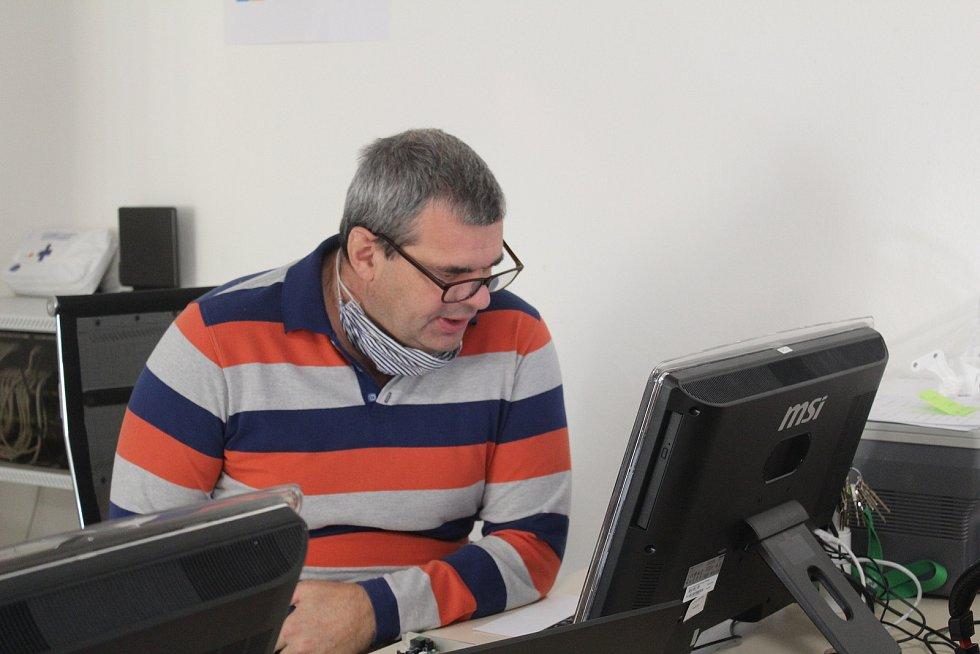 Učitel Miroslav Svítek při distanční hodině informačních technologií.