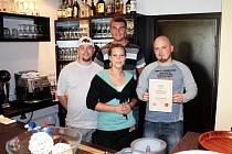 PERSONÁL HOSPŮDKY ROKU. Jakub Sádlík (vpravo) s certifikátem, který obdržel za vítězství v čtenářské anketě Hospůdka roku 2011. Vedle něj jeho kolegové a zaměstnanci.