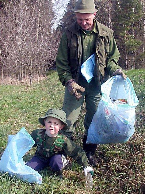 Myslivci ze sdružení ve Starém Sedlišti sbírají odpad v lesích často. Se  synem Zdeňkem mezi nimi nechybí ani Zdeněk Sloup.