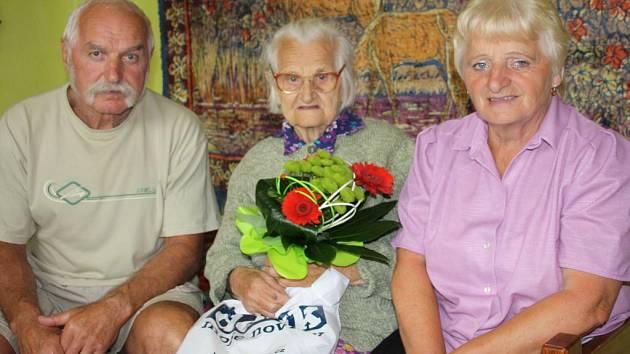 Sté narozeniny oslavila ve čtvrtek Anna Roučková z Neblažova. Nebyla však jedinou oslavenkyní. Ve stejný den totiž slaví svoje narozeniny také její dcera Anežka Zídková (vpravo) se svým dvojčetem, bratrem Karlem (na snímku chybí). A příští týden v sobotu