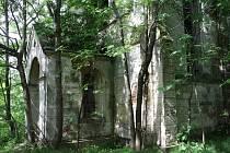 Několik desítek metrů od sebe stojí dva objekty. Pečlivě zrekonstruovaná barokní sýpka, která je v majetku státu, a chátrající a zarůstající kaple sv. Anny, kterou vlastní Rakušan
